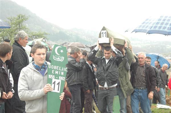 Pregedate slike iz članka: U Vlasenici klanjana dženaza za 34 žrtve