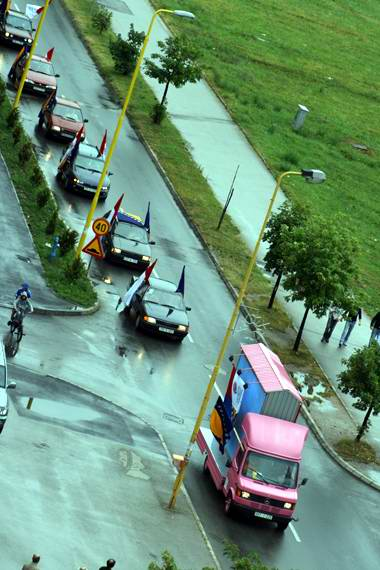Pregedate slike iz ?lanka: Reakcije na ulicama na hap�enje Karad�ica
